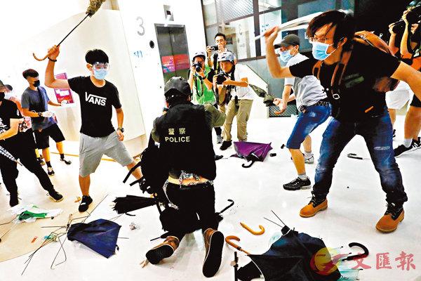 ■3個多月來,黑衣暴徒屢屢施毒手襲擊警員。圖為7月中暴徒圍毆警員。 資料圖片