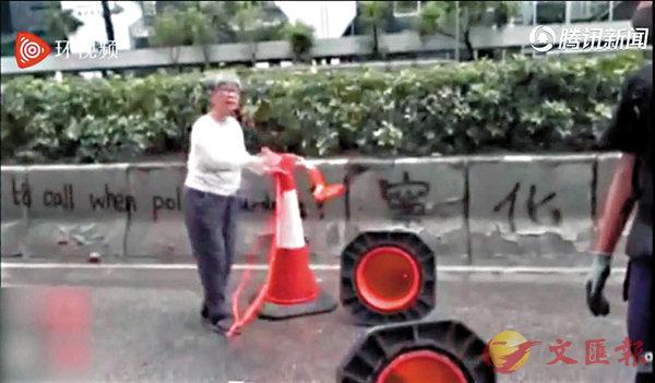 ■正氣婆婆在清理路障。  網絡視頻截圖
