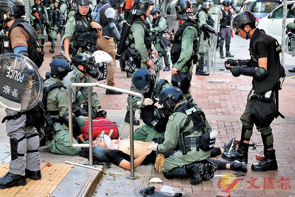 10月1日  ■在荃灣中槍的暴徒只有18歲。 資料圖片