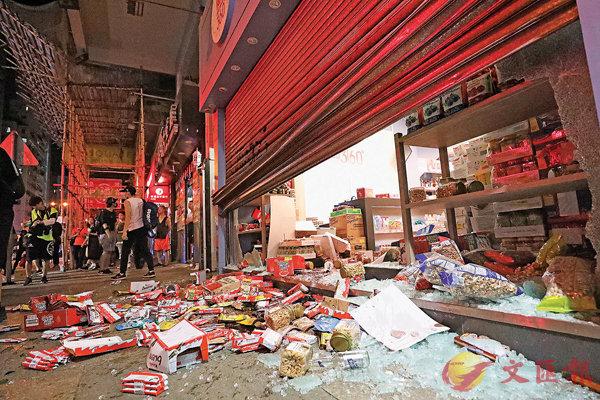 ■黑衣魔在全港大肆破壞,屢屢砸毀商舖。 資料圖片