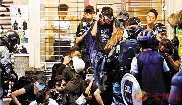 ■26人被控告一項「參與暴動」罪在西九龍裁判法院提堂。圖為當日部分被拘捕者。   資料圖片