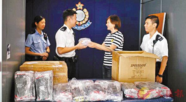 ■香港警嫂捐贈300餘雙防暴手套給警隊。