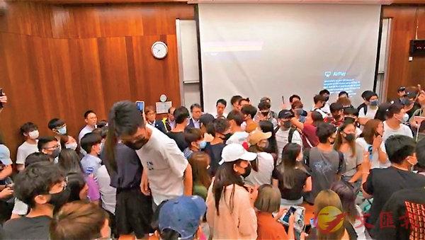 ■陳偉強(箭嘴示)遭戴口罩學生禁錮在課室批鬥。網上片段截圖