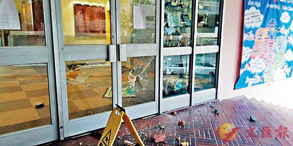 ■保良局姚連生中學玻璃門遭人打碎。 網上圖片