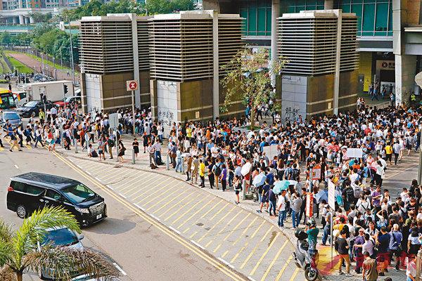 ■暴衝砸毀港鐵的情況下,將軍澳早上返工返學的高峰時段出現人龍。香港文匯報記者 攝