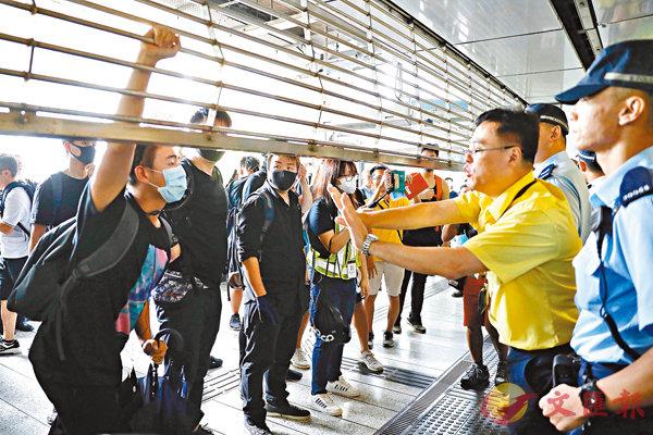 ■港鐵職員和警員守護設施,拒絕暴徒闖入破壞。 資料圖片