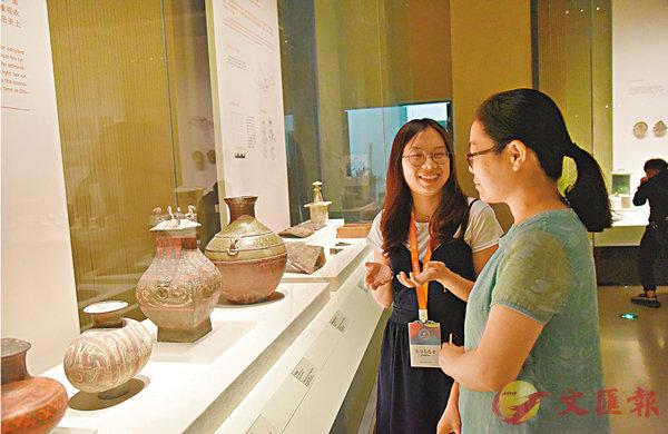 ■薛恩如(左)認為陪遊客參觀的過程也是自己學習的過程。 香港文匯報記者李陽波  攝