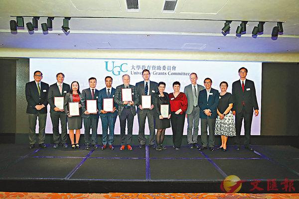 ■教資會昨晚舉行頒獎典禮,向林格睿(左六)團隊、Tushar Chaudhuri(左五)和劉達銘(左四)頒發傑出教學獎,同場並慶祝成立「香港高等教育卓越教學聯盟」。
