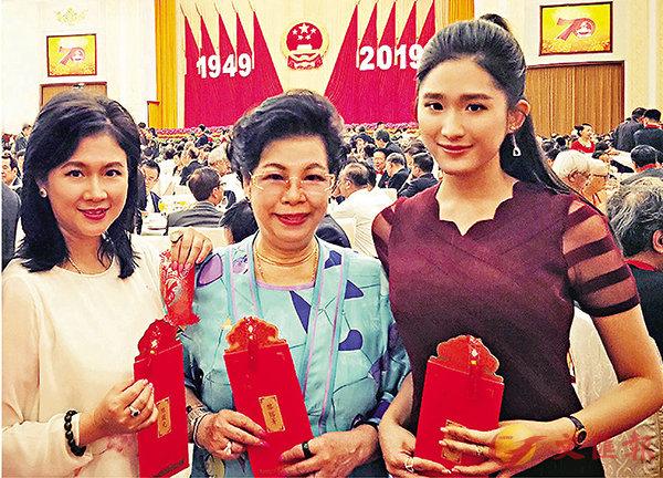 ■陳復生和母親黎鎔菁及女兒麥景榕獲邀出席今年在北京人民大會堂舉行的70周年國宴,大讚邀請函設計精緻。