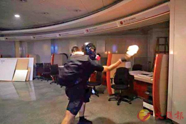 暴徒在中銀分行室內縱火。 網上圖片