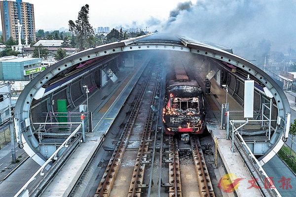 ■聖地亞哥地鐵列車遭縱火,冒出大量濃煙。法新社