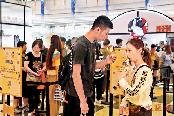 早前大白兔快閃店在上海推出兩款冰淇淋,吸引大量年輕人排隊購買。 中新社