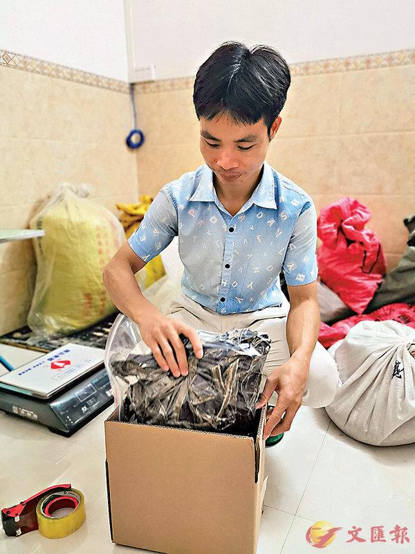 ■周子俱在打包網店的蚯蚓乾。 香港文匯報記者曾萍  攝