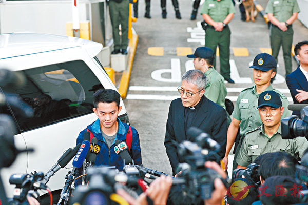 ■陳同佳(左)昨日出獄,並在管浩鳴(右)陪同下會見傳媒。 香港文匯報記者  攝