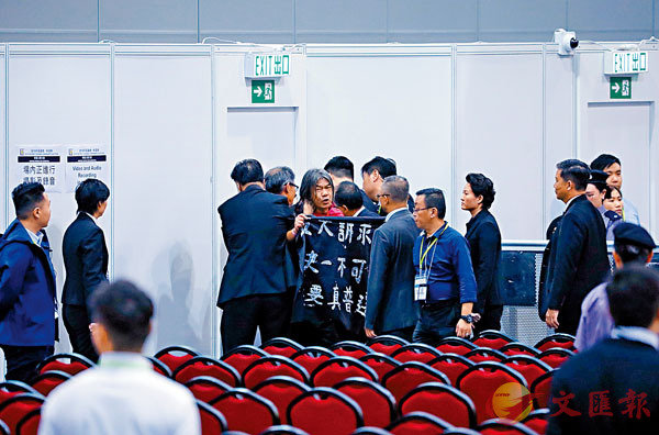 ■ 大鬧會場的長毛(梁國雄)被逐離場。 香港文匯報記者  攝
