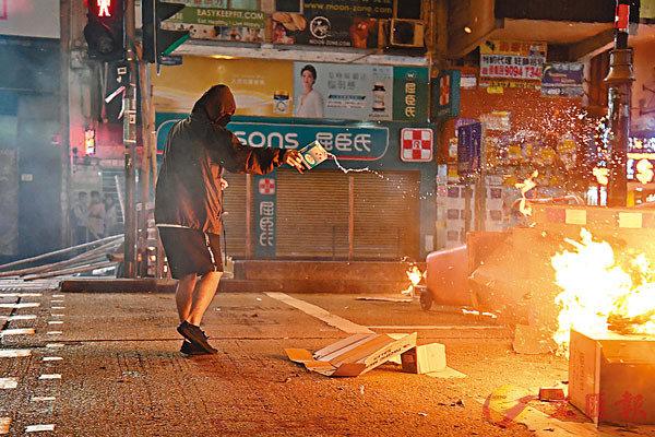 ■10月31日晚,激進示威者非法集結於太子、旺角一帶,於彌敦道堵路並焚燒雜物,現場火光沖天,警方以胡椒噴霧等驅散非法集結的黑衣魔,消防人員到場撲滅烈火。   中通社