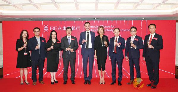 ■東亞銀行聯席行政總裁李民橋(中)與策略聯盟代表一同宣佈建立策略聯盟。