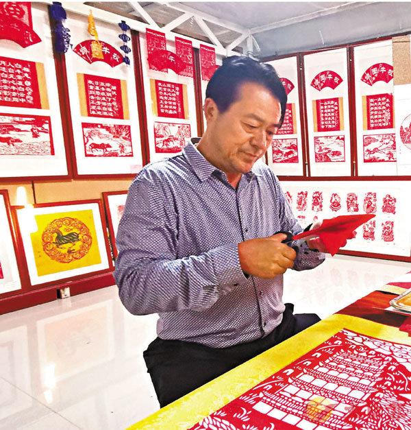 ■甘肅定西剪紙省級代表性傳承人付忠民。 香港文匯報記者劉俊海 攝