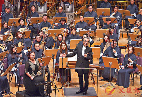 ■閻惠昌指揮香港中樂團在上交音樂廳演出「都會交響」音樂會。 新華社