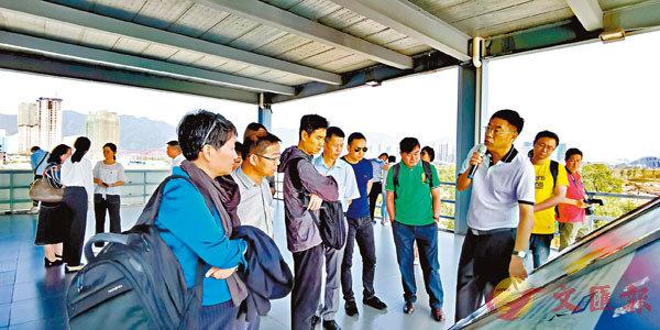 ■肇慶新區黨工委副書記于曉軍介紹香港城規劃情況。 敖敏輝  攝
