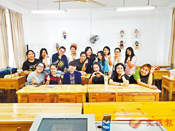 ■作為廣西首位入編的台籍教師,王孟筠稱「26 條措施」是一顆「定心丸」。圖為王孟筠(後排右 5)和她的學生們。香港文匯報廣西傳真