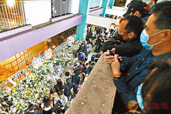 ■大批市民在周梓樂墮樓現場的將軍澳尚德停車場排隊輪候悼念。 香港文匯報記者  攝
