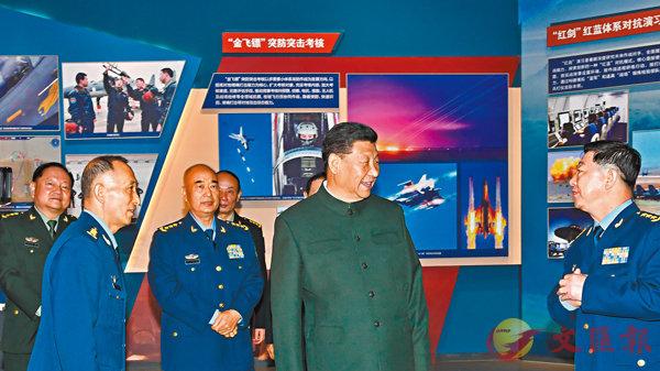 ■習近平參觀慶祝空軍成立70周年主題展覽。 新華社