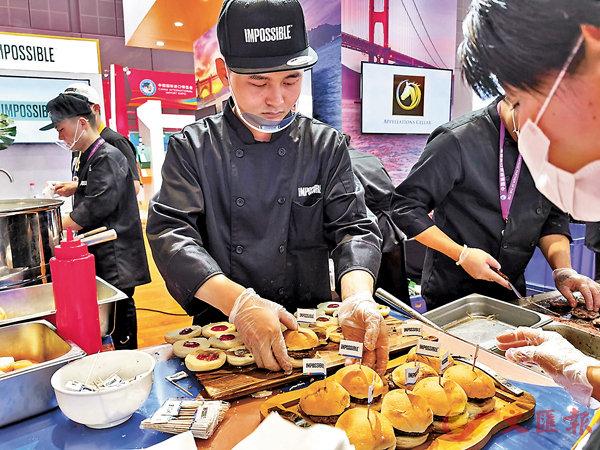 ■美國進口人造肉人氣爆棚。香港文匯報記者孔雯瓊  攝