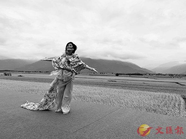 ■站在稻田中歌唱,齊豫笑言,這是服裝最受考驗的一次。