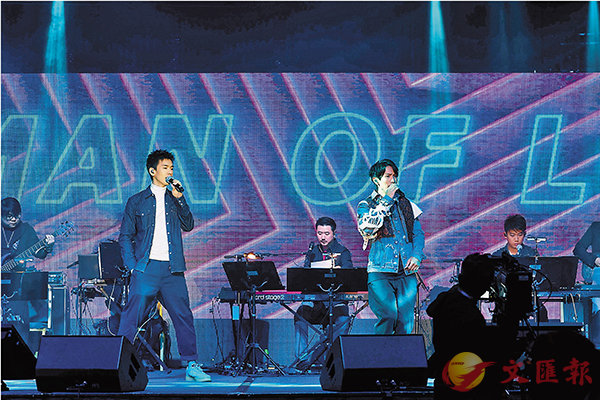■陳柏宇(右)與林奕匡(左)翻唱樂壇前輩的代表作。