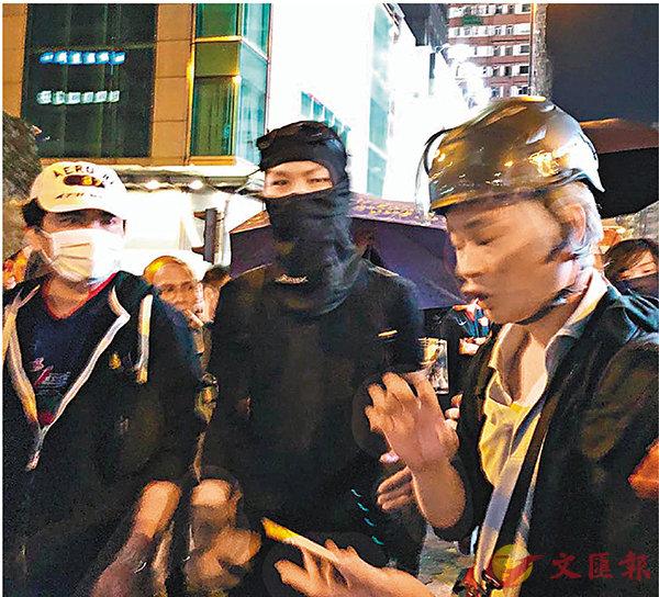 ■黑衣魔圍TVB記者。 資料圖片