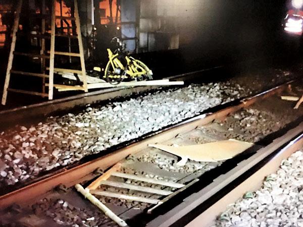 ■黑衣魔向港鐵路軌投擲單車、木梯等雜物。   網上圖片
