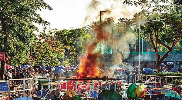黑衣魔昨日在中大校內堵路縱火。 中大校園電台圖片