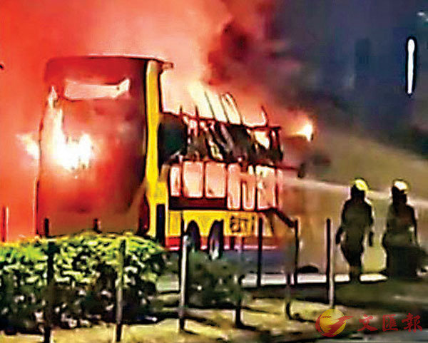 ■昨日凌晨,一架停泊在屯門時代廣場對開的巴士被燒毀。 網上圖片