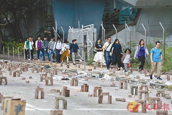 ■市民堅持行路上班,拒絕「被罷工」。   中通社
