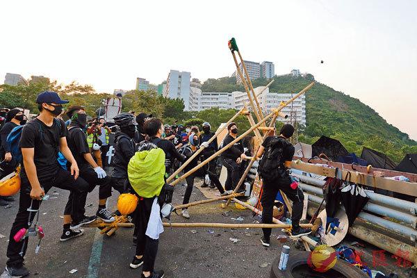 ■ 在中大二號橋上,黑衣魔用大型投擲器將磚頭擲向橋下的吐露港公路。大公文匯傳媒記者  攝