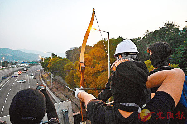 黑衣魔在中大二號橋對橋下公路上的汽車射箭。 法新社