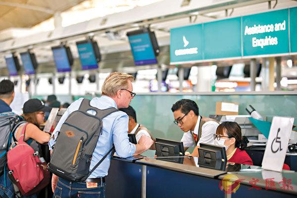 ■國泰與港龍10月份客運量明顯下跌,反映訪港及離港旅遊意慾疲弱。 資料圖片