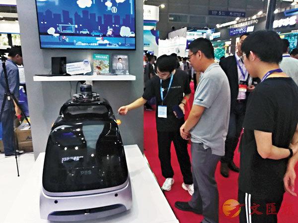 ■澎思科技推出的智能無人巡邏車可以對社區、學校等進行安全監控。