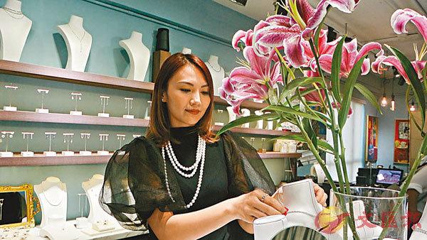 ■陳樂榣悉心打理自己的首飾店。