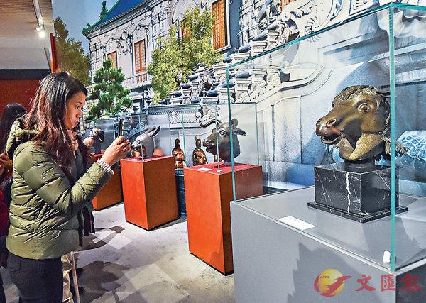■圓明園馬首銅像「體檢」報告顯示:材質為含微量鉛鋅的紅銅。圖為觀眾在參觀圓明園馬首銅像。 新華社