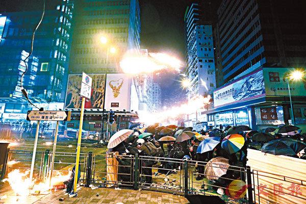 ■黑衣魔在佐敦一帶掟汽油彈縱火,現場一片混亂。 香港文匯報記者  攝