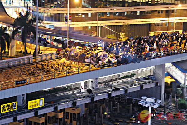 ■政界人士批評煽暴派議員包庇理大暴徒。圖為理大黑衣魔堵塞紅隧與警方對峙。 香港文匯報記者  攝