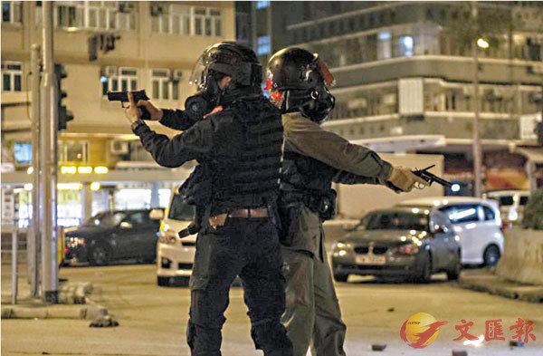 ■兩名遭暴徒襲擊的警員擎槍戒備自衛。