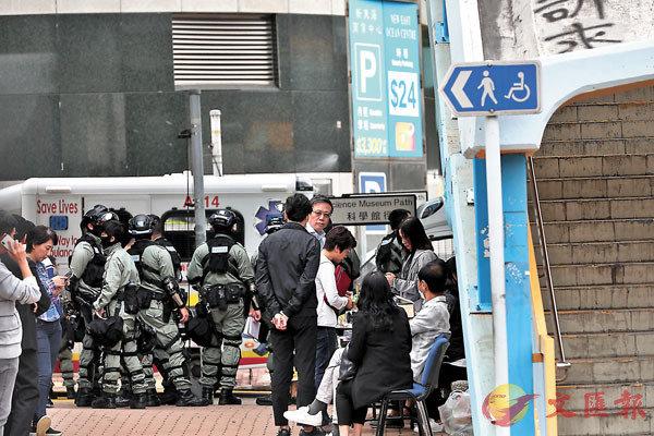 ■自首者須先完成登記手續。香港文匯報記者  攝