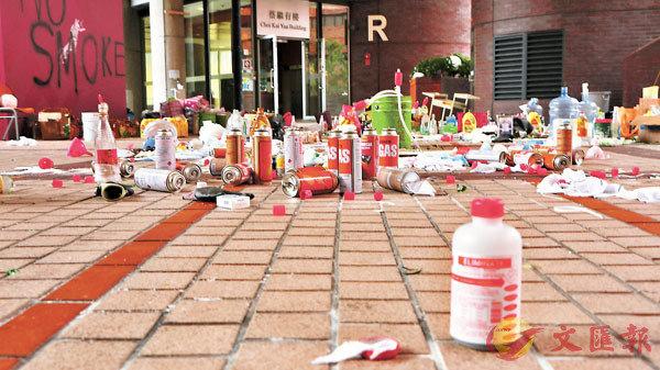 ■理大校內遺留大量汽油彈及易燃易爆品。 香港文匯報記者  攝