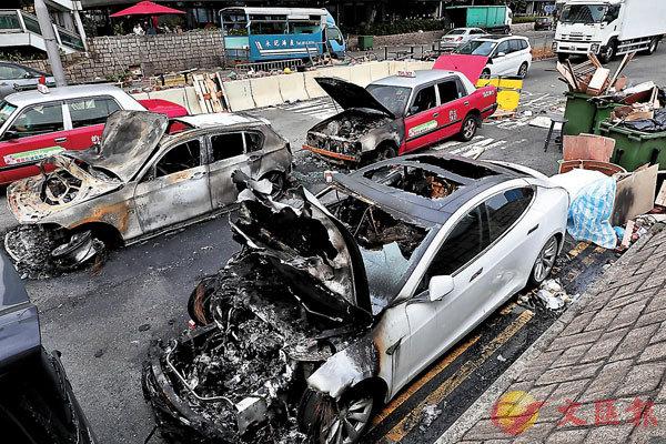 ■在理大周邊的尖沙咀至佐敦,隨處可見被黑衣魔焚毀的車輛。香港文匯報記者 攝