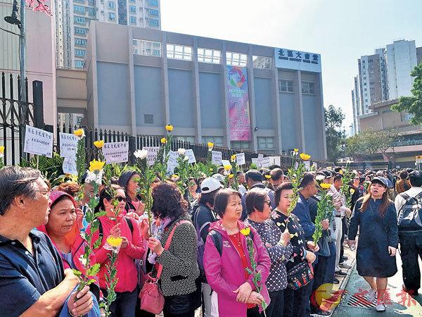 大批市民持花等候拜祭羅伯。