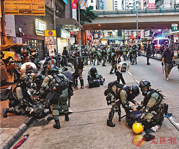■暴力示威者早前在金鐘、灣仔、銅鑼灣等地非法集結,大肆破壞。警方出動防暴警察進行驅散,並拘捕多名示威者。   資料圖片