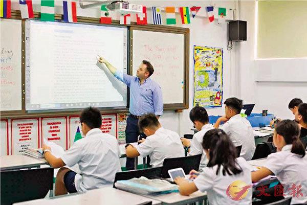 ■深圳多間學校為港生提供免費臨時課程。圖為深圳博納國際學校的老師在授課。 受訪者供圖